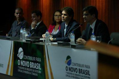 O presidente do INSS, Renato Vieira, demais diretores do órgão e autoridades convidadas, participam do lançamento do Programa de Integridade do INSS